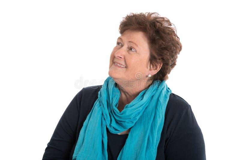 Portret: oudere die vrouw over het witte glimlachen tot tekst wordt geïsoleerd royalty-vrije stock foto's