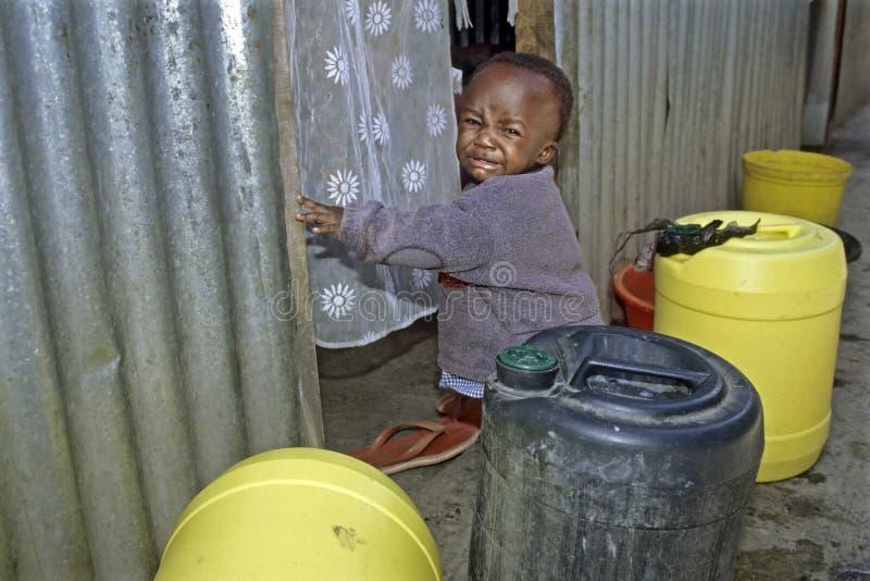 Portret płacz Ugandyjska chłopiec w slamsy, Nairobia zdjęcie royalty free