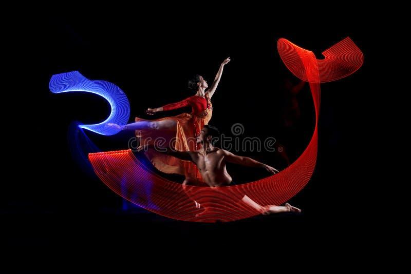 Portret para baletniczy taniec z ruchów świateł skutkiem fotografia royalty free
