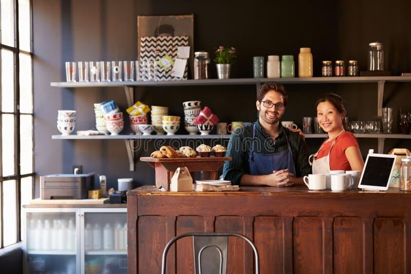 Portret pary Działający sklep z kawą Za kontuarem zdjęcia stock