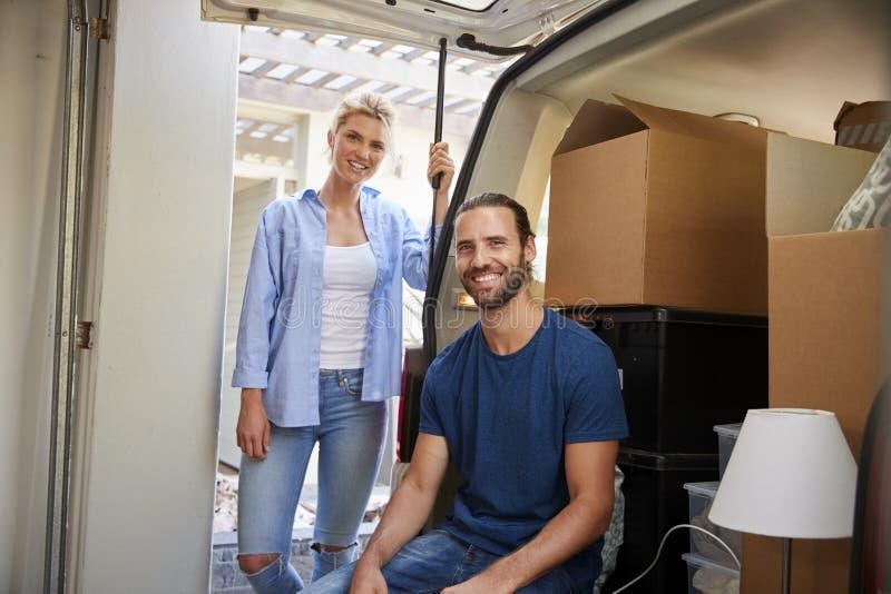 Portret pary obsiadanie W plecy usunięcie ciężarówka Na Ruszać się Da obraz royalty free