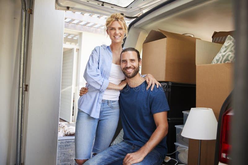 Portret pary obsiadanie W plecy usunięcie ciężarówka Na Ruszać się Da fotografia royalty free