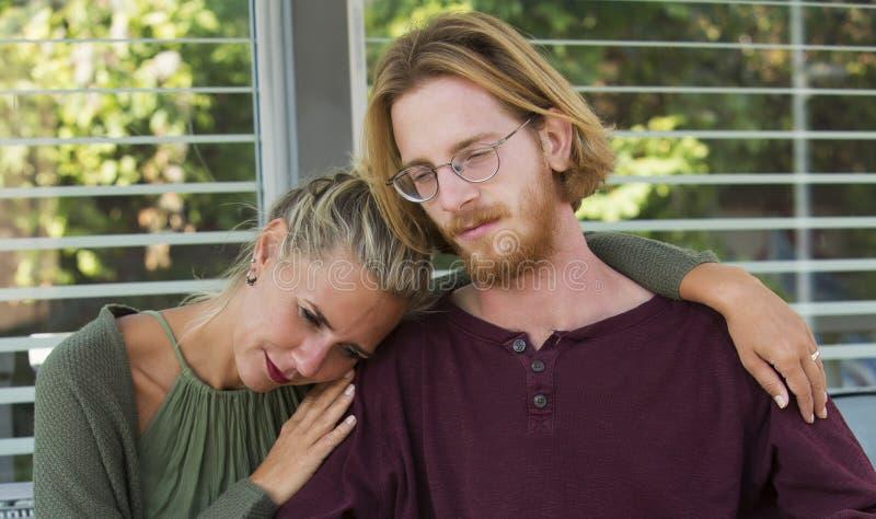 Portret pary patrzeć smutny i przytulenie fotografia stock