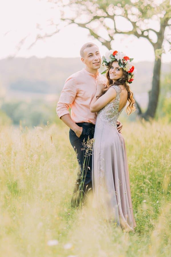Portret pary piękny młody kochający przytulenie w kwitnącym wiosna ogródzie zdjęcia royalty free