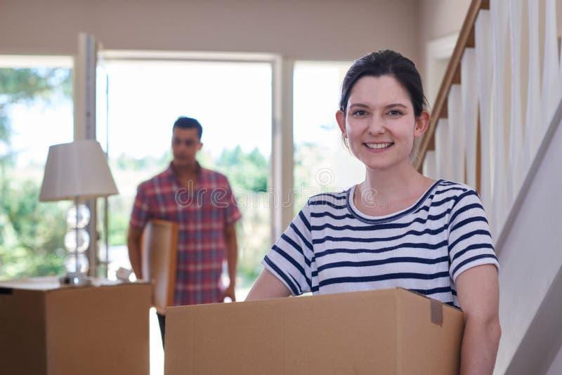 Portret pary przewożenie Boksuje W Nowego dom Na Poruszającym dniu zdjęcia stock