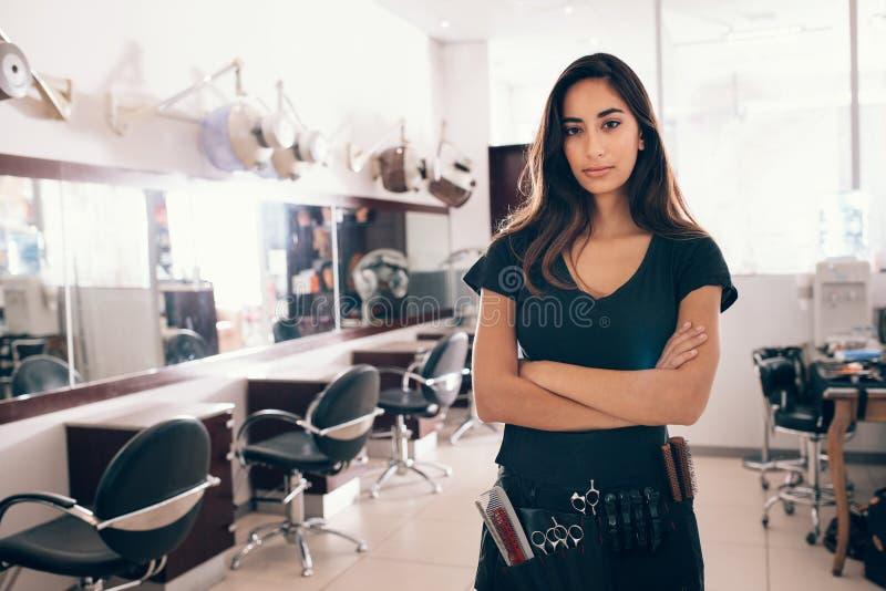 Portret patrzeje kamerę żeński hairstylist fotografia royalty free