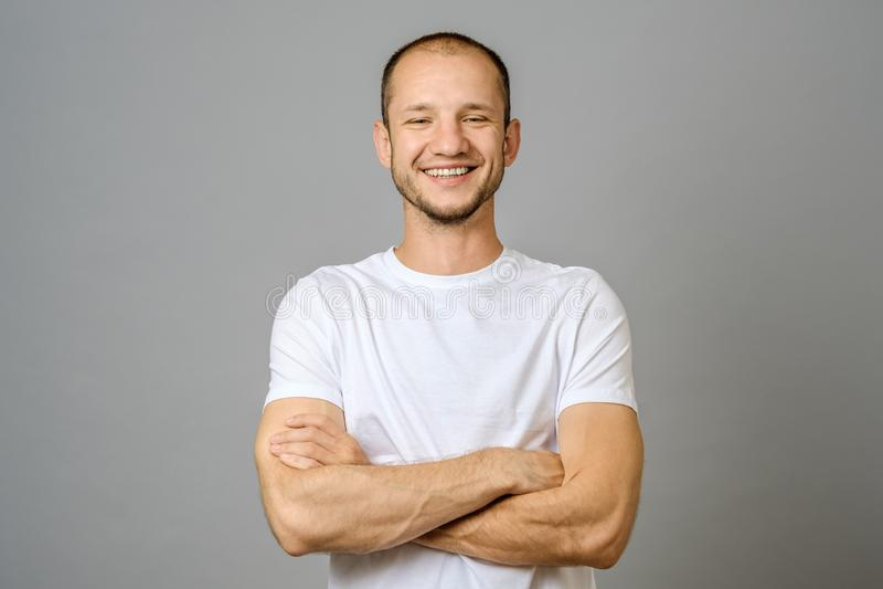 Portret patrzeje kamerę uśmiechnięty młody człowiek fotografia royalty free