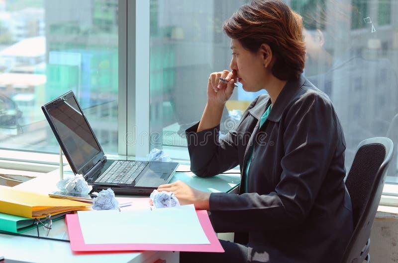 Portret patrzeje laptop biznesowa kobieta obraz royalty free