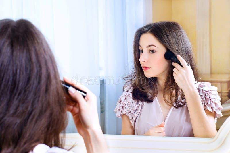 Portret patrzeje lustro piękna młoda kobieta obraz royalty free