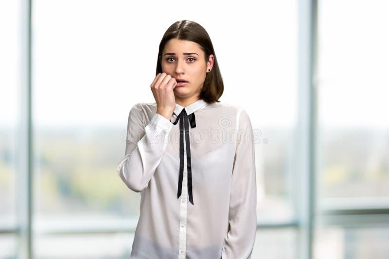 Portret patrzeje martwiący się atrakcyjna dziewczyna zdjęcie stock