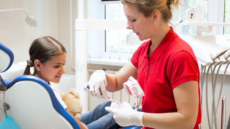 Portret pediatryczny dentysty seans dlaczego stosownie czyścić zęby obrazy royalty free