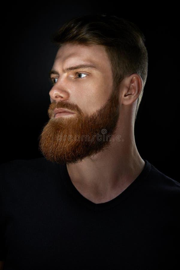 Portret pewnie patrzeje naprzód brodaty mężczyzna fotografia royalty free