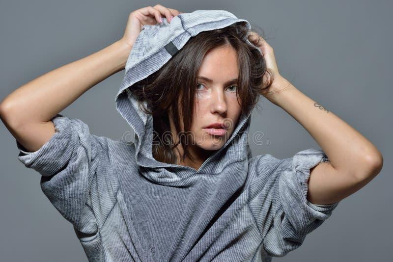 Portret piękna kobieta w popielatej hoody bluzce fotografia royalty free