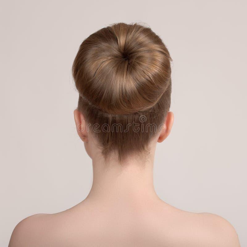 Portret piękna młoda kobieta z kreatywnie ostrzyżeniem, wiązka włosy obraz royalty free