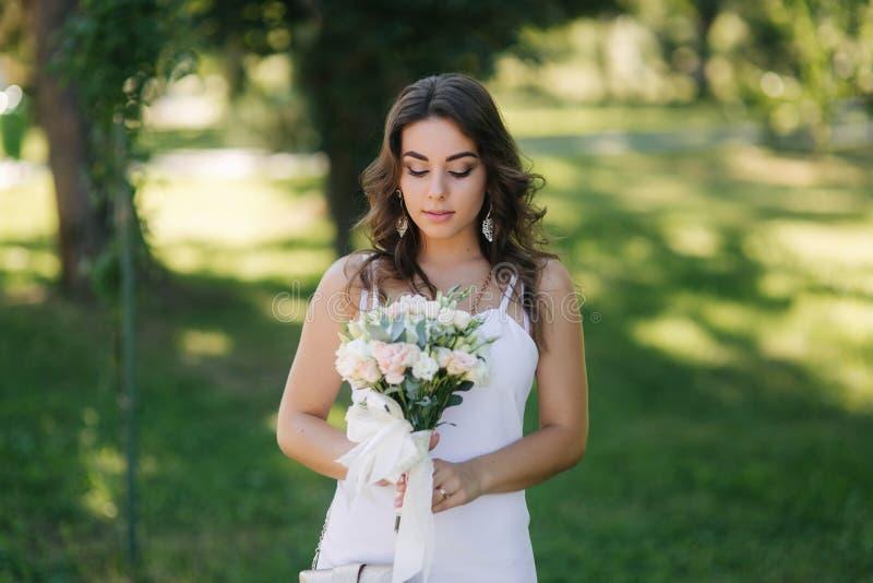 Portret piękna panna młoda w dzień ślubu Bielu bukiet i suknia Nowożytny ślub fotografia royalty free