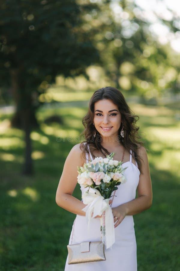Portret piękna panna młoda w dzień ślubu Bielu bukiet i suknia Nowożytny ślub obraz royalty free