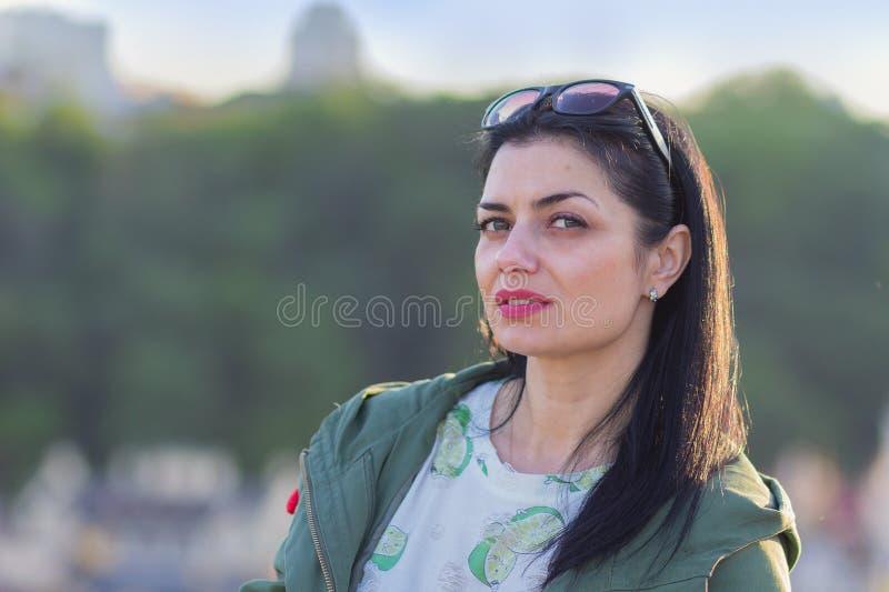 Portret piękna szczera kobieta na ulicie obraz royalty free
