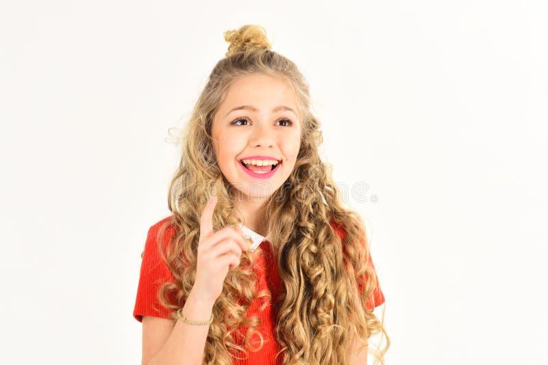 Portret piękna uśmiechnięta mała dziewczynka z kędzierzawego włosy zakończeniem up, odizolowywający na białym tle, kopii przestrz zdjęcia stock