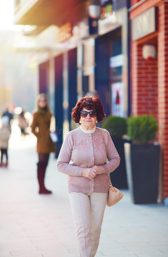 Portret piękny, modny dojrzały kobiety 80 lat chodzi na miasto ulicie, fotografia stock