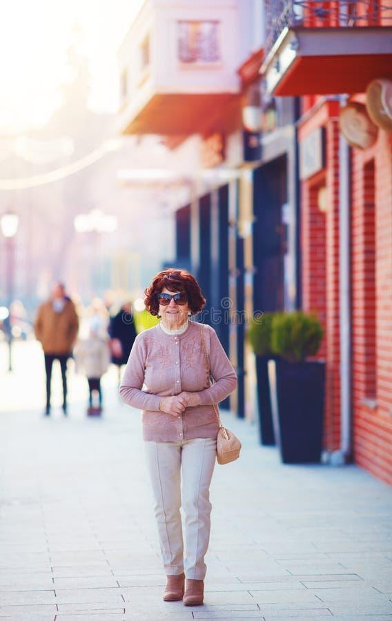 Portret piękny, modny dojrzały kobiety 80 lat chodzi na miasto ulicie, obrazy royalty free