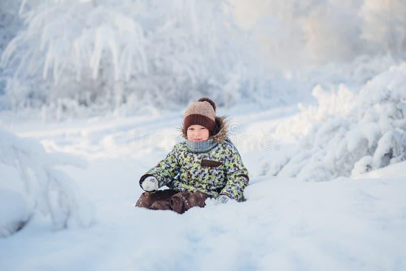 Portret pięcioletnia stara chłopiec w zima śnieżnym lesie fotografia stock
