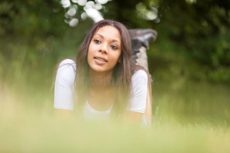 Portret piękna afrykańska młoda kobieta outdoors zdjęcia stock