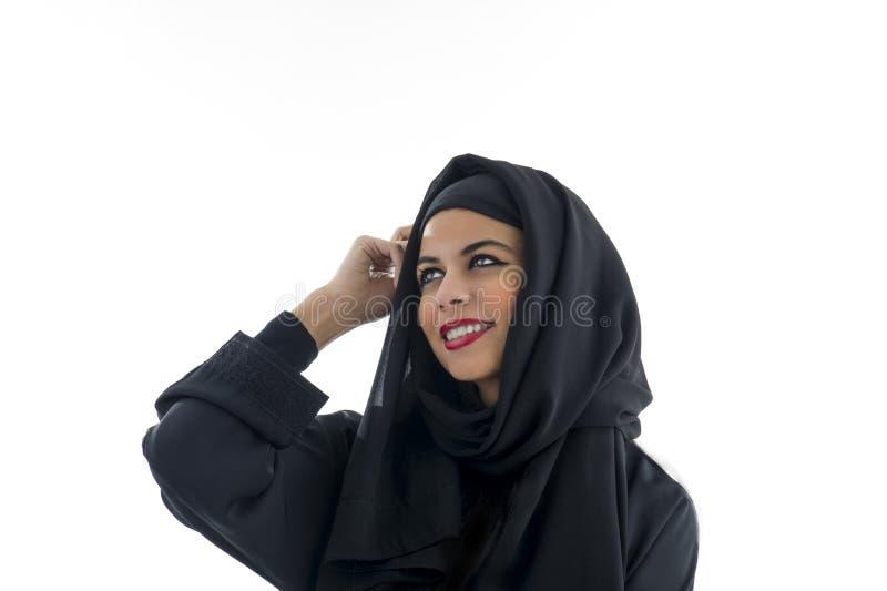 Portret piękna Arabska kobieta jest ubranym Hijab, zdjęcia stock