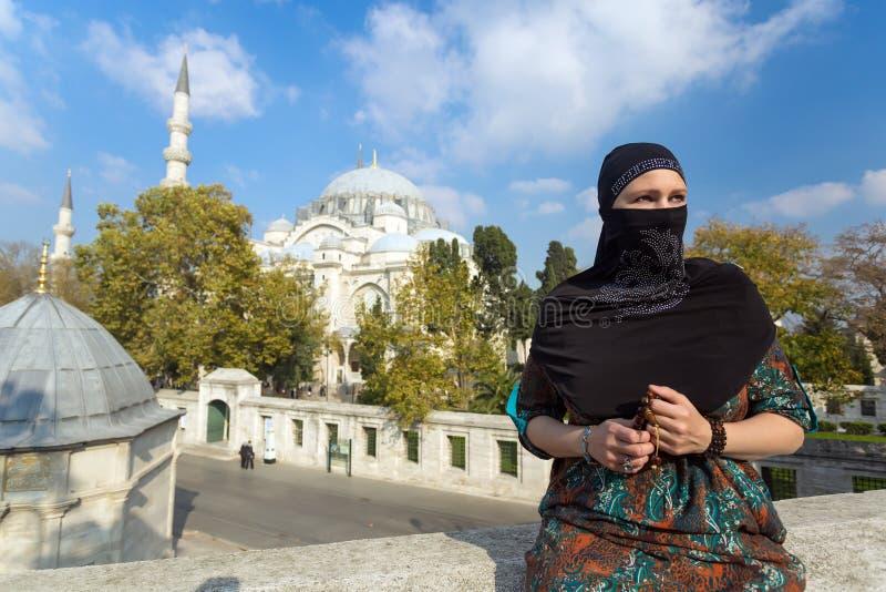 Portret piękna Arabska kobieta w tradycyjnej Muzułmańskiej odzieży fotografia royalty free