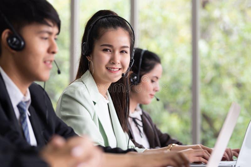 Portret Piękna Azjatycka kobieta pracuje w centrum telefonicznym z nim zdjęcia stock