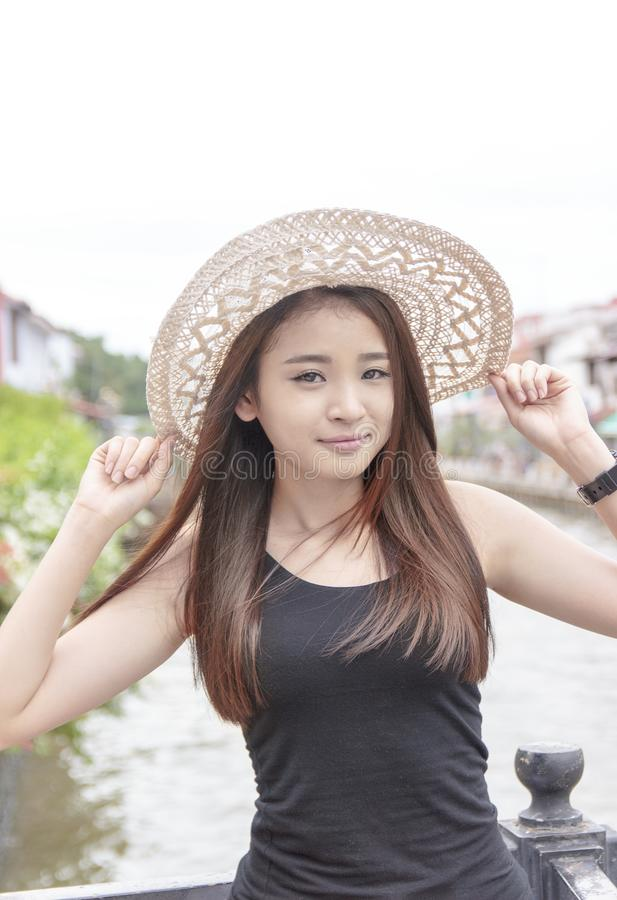 Portret piękna azjatykcia dziewczyna z lato kapeluszem zdjęcia stock