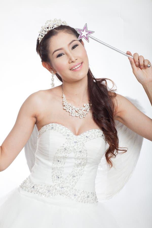 Portret piękna azjatykcia kobieta w białej ślubnej sukni z czarodziejskim berłem z aniołem uskrzydla zdjęcie royalty free