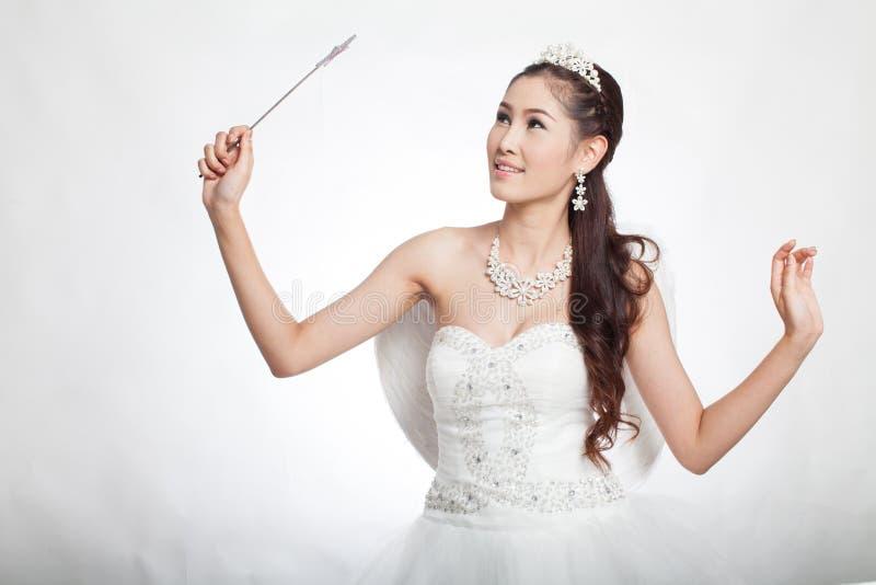 Portret piękna azjatykcia kobieta w białej ślubnej sukni z czarodziejskim berłem z aniołem uskrzydla obraz stock