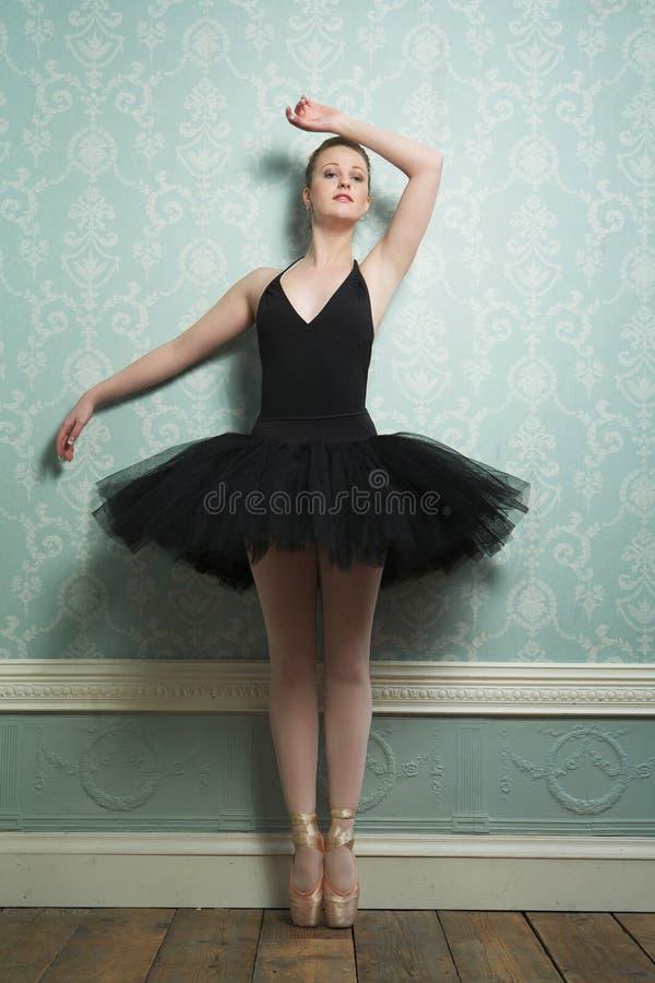Piękna baleriny pozycja na palec u nogi obrazy stock
