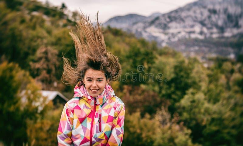 Portret piękna beztroska młoda dziewczyna bawić się z jej hai zdjęcia royalty free