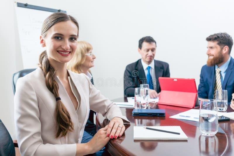 Portret piękna biznesowa kobieta patrzeje kamerę podczas spotkania zdjęcie royalty free