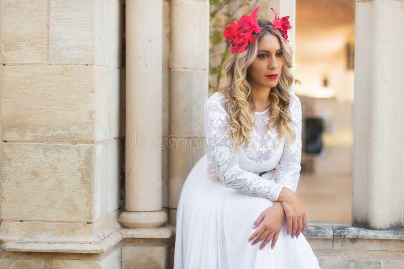 Portret piękna blond dziewczyna w średniowiecznej sukni z czerwonym diademem bestii pluskw czarodziejskiej trawy ilustracyjny taj fotografia royalty free