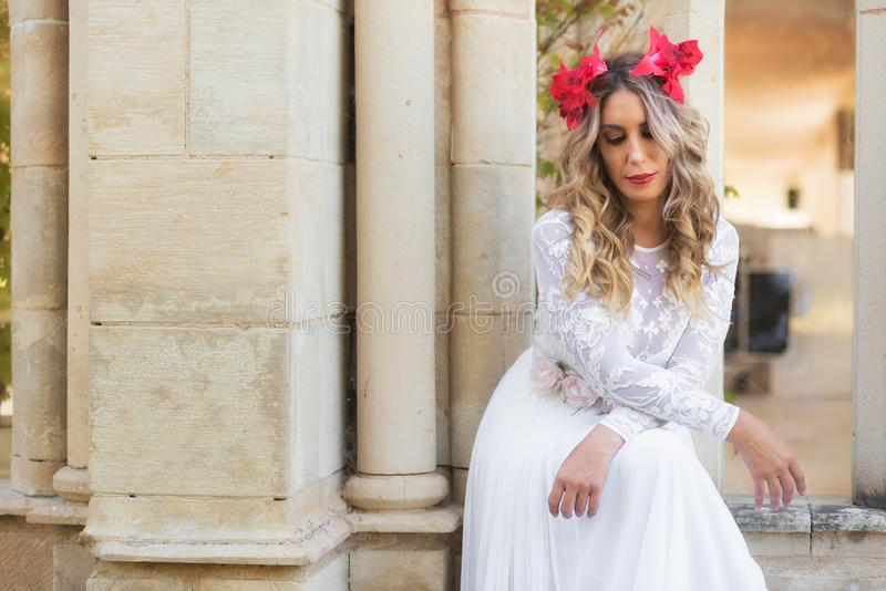 Portret piękna blond dziewczyna w średniowiecznej sukni z czerwonym diademem bestii pluskw czarodziejskiej trawy ilustracyjny taj zdjęcie royalty free
