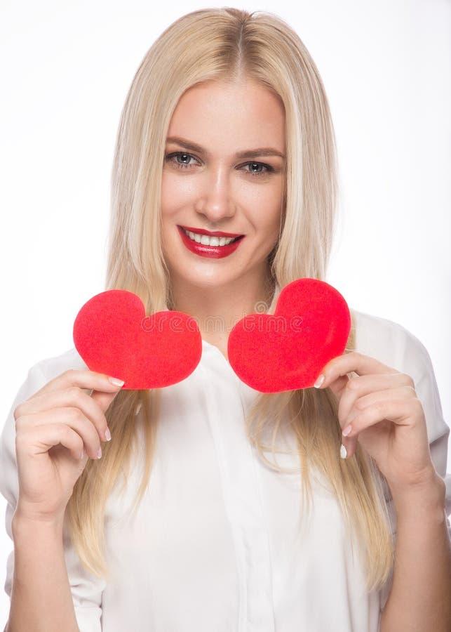 Portret Piękna blond kobieta z jaskrawym makeup i czerwieni sercem w ręce czerwona róża fotografia stock