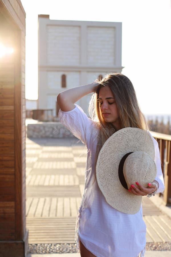 Portret piękna blond młoda kobieta, cieszy się słońce na pogodnym lato wieczór Wakacje poj?cie obrazy royalty free