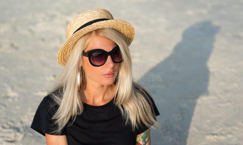 Portret piękna blondynka w okularach przeciwsłonecznych, nowożytna dziewczyna podróżuje wokoło Tajlandia zdjęcia royalty free
