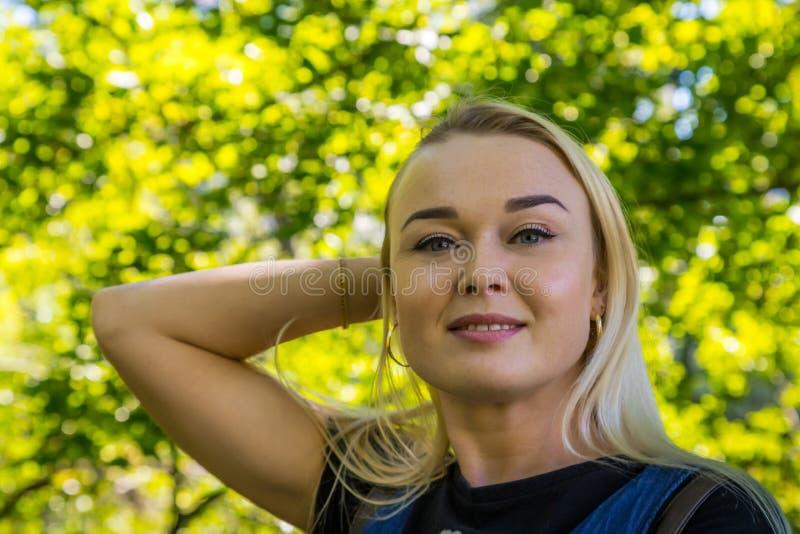 Portret piękna blondynka w parku Potomstwo kobiety dosyć caucasian odprowadzenie w lato słonecznym dniu zdjęcia stock