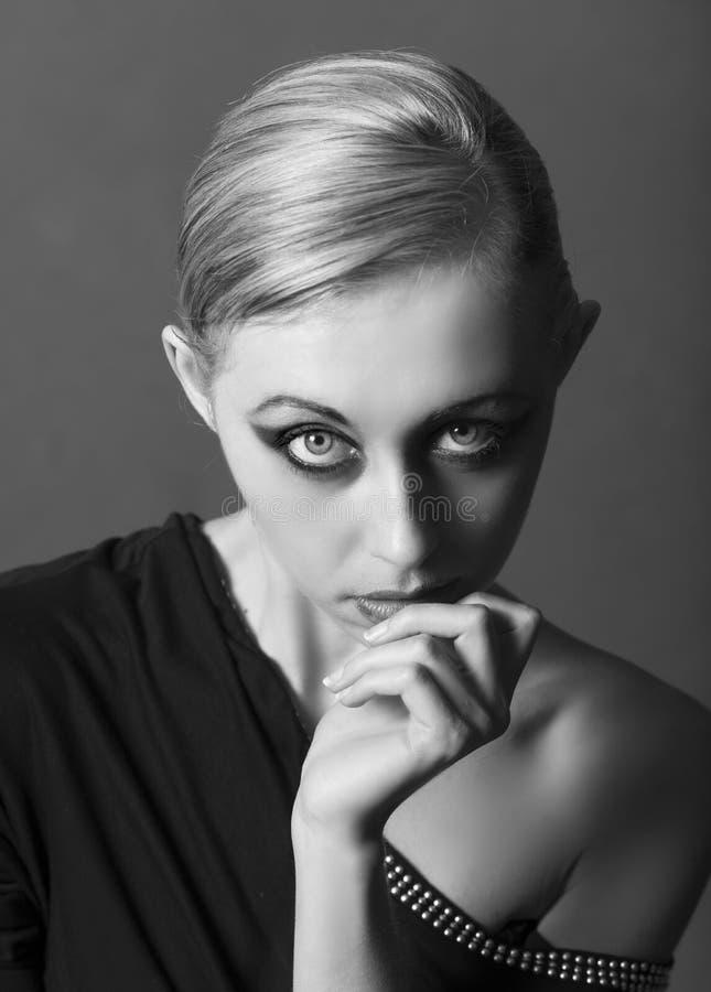 Portret piękna blondynki kobieta jest ubranym zirytowanego makeup zdjęcia stock