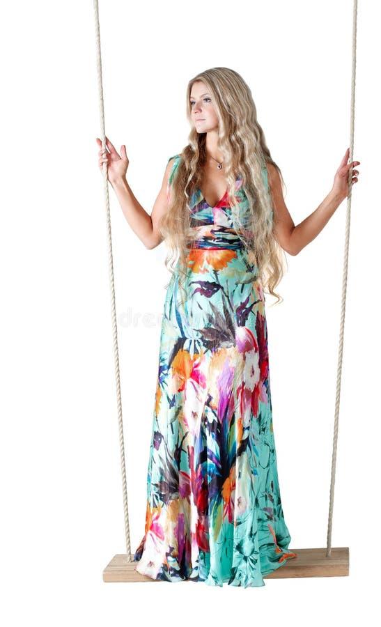 Portret piękna blondynki kobieta na huśtawce zdjęcie stock