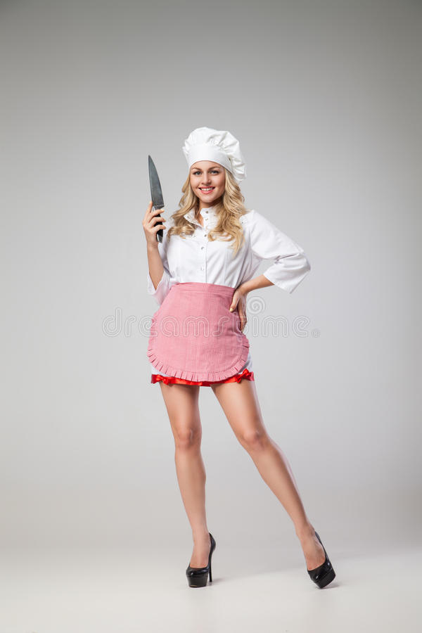 Portret piękna blondynki kobieta w kelnerka mundurze z nożem obrazy royalty free
