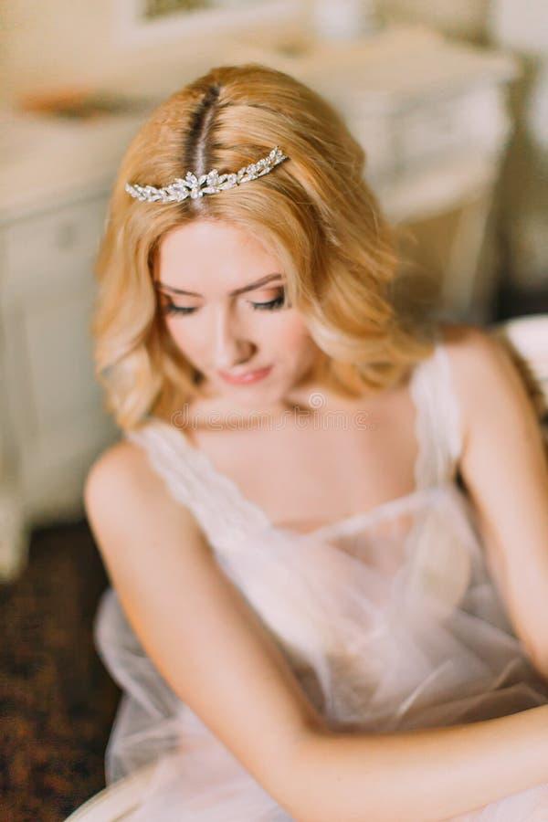 Portret piękna blondynki panna młoda w diamentowym tiary zakończeniu up zdjęcie stock