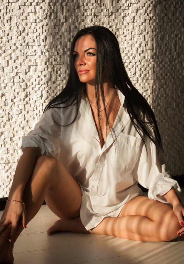 Portret piękna brunetka w man& x27; s koszula obrazy stock