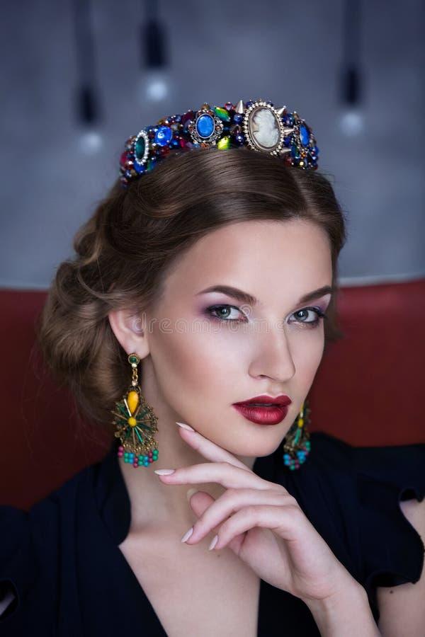 Portret piękna brunetka z biżuterią zdjęcia stock