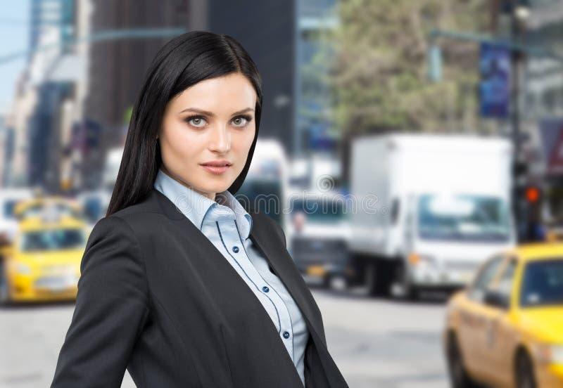 Portret piękna brunetki dama w formalnym kostiumu fotografia stock