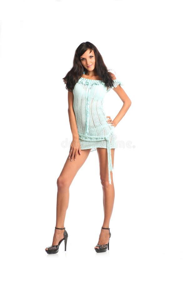 Portret piękna brunetki kobieta jest ubranym krótko suknię obraz stock
