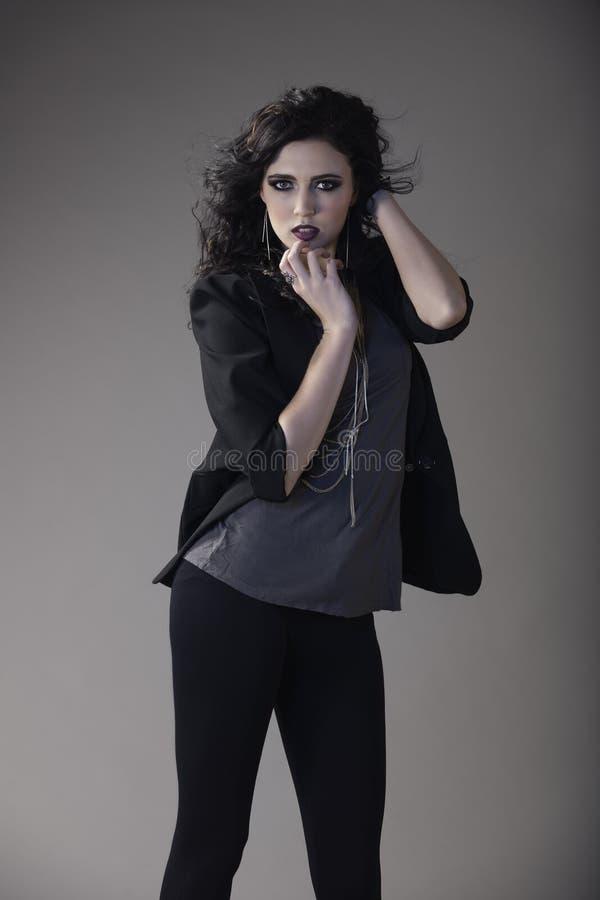 Portret piękna brunetki kobieta jest ubranym zirytowanego ciemnego strój obrazy royalty free